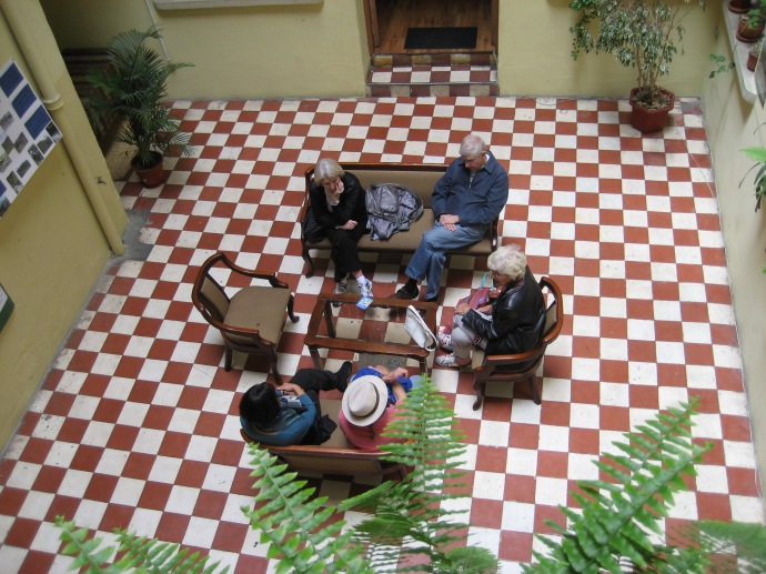 Fellow AHI students relax in the Simon Bolivar Spanish School entrance lobby.