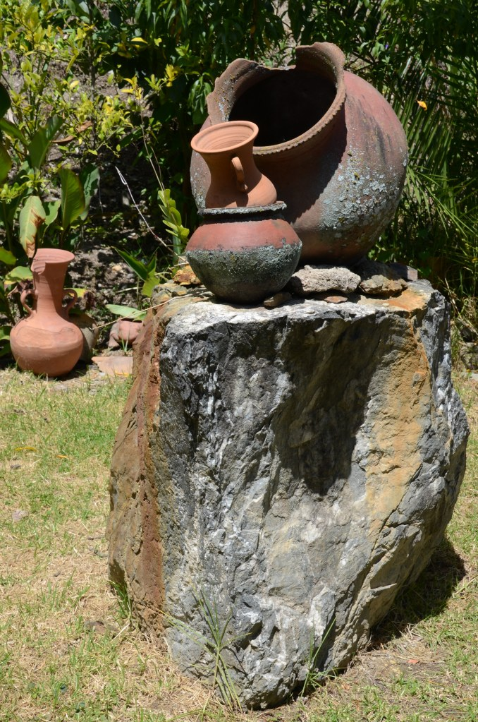 Pottery artwork at Tecnica Ikat Macana