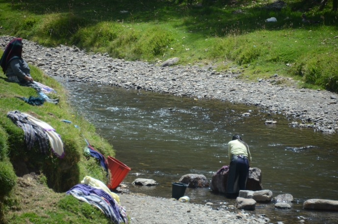Washing clothes by hand in the river, on the way to Ingapirca
